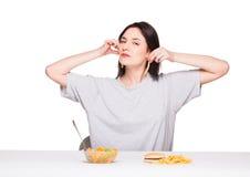 Bild av kvinnan med frukter och hamburgaren framme på vitbac arkivfoto