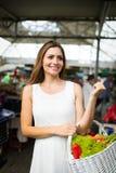 Bild av kvinnan p? marknadsplatsk?pandegr?nsaker arkivfoton