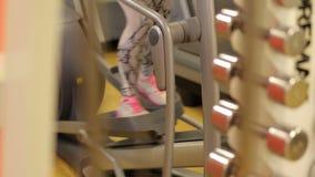 Bild av kvinnlig fotspring på trampkvarnen lager videofilmer