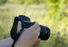 Bild av kvinnliga händer med en kamera arkivbilder