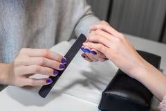 Bild av manikyrprocessen på kvinnliga händer Royaltyfria Bilder