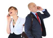 Bild av mannen och kvinnan med mobiltelefoner Arkivbilder