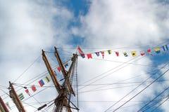 Bild av masten av ett seglingskepp med signalflaggor royaltyfri fotografi