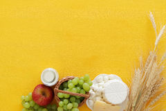 Bild av mejeriprodukter och frukter på trätabellen Symboler av judisk ferie - Shavuot Royaltyfri Foto