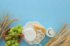 Bild av mejeriprodukter och frukter Symboler av judisk ferie - Shavuot Arkivfoton