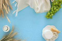 Bild av mejeriprodukter och frukter Symboler av judisk ferie - Shavuot Fotografering för Bildbyråer