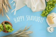 Bild av mejeriprodukter och frukter Symboler av judisk ferie - Shavuot Royaltyfri Fotografi