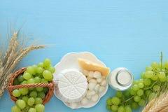 Bild av mejeriprodukter och frukter Symboler av judisk ferie - Shavuot Arkivbild