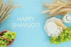 Bild av mejeriprodukter och frukter Symboler av judisk ferie - Shavuot Arkivbilder