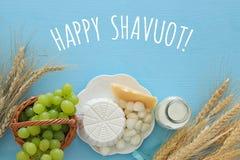 Bild av mejeriprodukter och frukter Symboler av judisk ferie - Shavuot Royaltyfria Bilder
