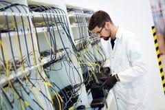 Bild av modem för nätverksteknikerprovning i fabrik arkivbilder