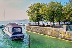 Bild av motorbåten på pir i solig dag Royaltyfri Fotografi