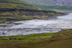Bild av naturen och landskap längs kusten av Island arkivbild