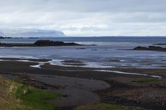 Bild av naturen och landskap längs kusten av Island arkivbilder