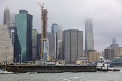 Bild av New York City med en övergående pråm Arkivbild
