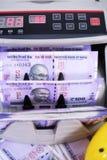 Bild av ny indisk valuta, kassa som räknar maskinen och den gula spargrisen arkivbilder