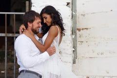 Bild av omfamna f?rf?riska nygifta personer som ler och ser sig, bild i Grekland, h?ndelsebegrepp kopiera avst?nd royaltyfri bild
