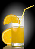 bild av orange fruktsaft på svart bakgrund arkivfoton