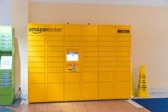 Bild av packar för en amason Amasonen är ett online-företag och är den största återförsäljaren i världen royaltyfri bild