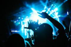 Bild av partifolk på musikfestivalen royaltyfria foton