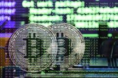 Bild av programkoden som visar processen av att bryta den crypto valutan i bakgrunden av bilden med bitcoin Royaltyfri Foto