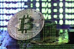 Bild av programkoden som visar processen av att bryta den crypto valutan i bakgrunden av bilden med bitcoin Royaltyfria Foton
