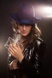 Bild av sångaren med studiomikrofonen Royaltyfri Bild