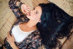 Bild av sinnliga lockande kvinnor för brunett med långt hår & blåa ögon som ser kameran Royaltyfri Fotografi