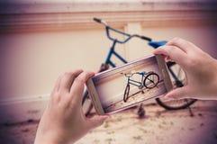 Bild av skyttefotografier med smartphonen, snabb bana Royaltyfri Fotografi