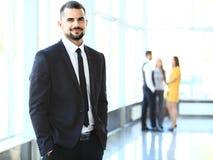 Bild av smarta unga affärsmän som ser kameran Royaltyfri Fotografi