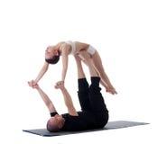 Bild av sunda par som poserar i yogaposition Fotografering för Bildbyråer