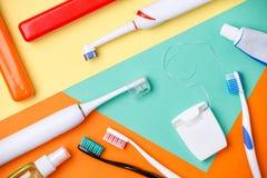 Bild av tandborstar, rör av degar, floss arkivfoton