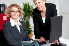 Bild av teamwork i kontoret Fotografering för Bildbyråer