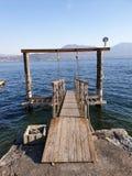 Bild av träpir på sjön av maggiore royaltyfri fotografi