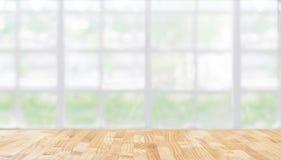 Bild av trätabellen framme av abstrakt suddig restaurangli Arkivbilder