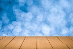 Bild av trätabellen framme av bokehbakgrund Royaltyfri Fotografi