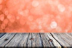 Bild av trätabellen framme av bokehbakgrund Arkivfoto