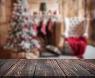 Bild av trätabellen framme av den suddiga bakgrundsnollan för jul Arkivbilder