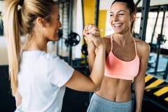 Bild av två konditionkvinnor i idrottshall Royaltyfria Foton