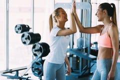 Bild av två konditionkvinnor i idrottshall Arkivbilder