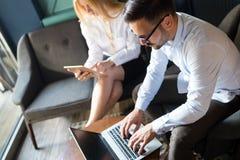 Bild av två lyckade affärspartners som arbetar på mötet Arkivfoton