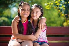 Bild av två lyckliga systrar som har gyckel Arkivfoto