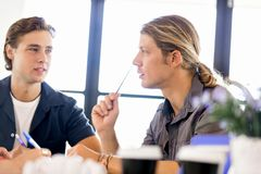 Bild av två unga affärspersoner i regeringsställning arkivfoto