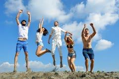 Bild av ungdomarsom tillsammans hoppar utomhus- royaltyfria foton