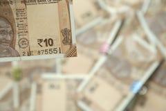 Bild av uppvisning ny indier av den 10 rupie valutaanmärkningen arkivfoto