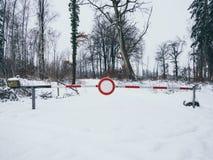 Bild av vägbarriären i vintern i skogen royaltyfri fotografi
