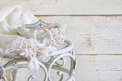 Bild av vitpärlor halsband och diamanttiaran på tappningtabellen Filtrerad tappning Selektivt fokusera Arkivbild