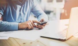 Bild 3D auf weißem Hintergrund Geschäftsmann, der am hölzernen Tisch mit neuem Geschäftsprojekt arbeitet Touch Screen des Mannes  Stockbild