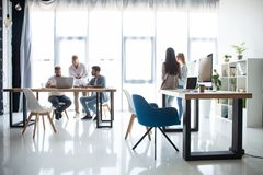 Bild 3D auf weißem Hintergrund Gruppe junge Geschäftsleute, die im kreativen Büro zusammenarbeiten und in Verbindung stehen stockfoto