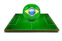 Bild 3d des grünen Fußballplatzes und des Fußballs mit Brasilien-Logo Lizenzfreies Stockfoto